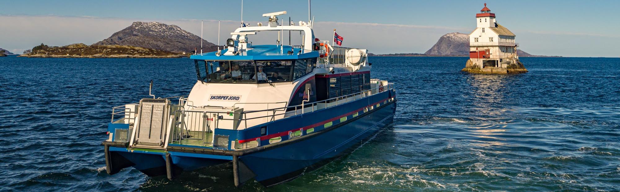 Florø Skyssbåt - M/S Skorpefjord ved Stabben fyr - skyssbat.no
